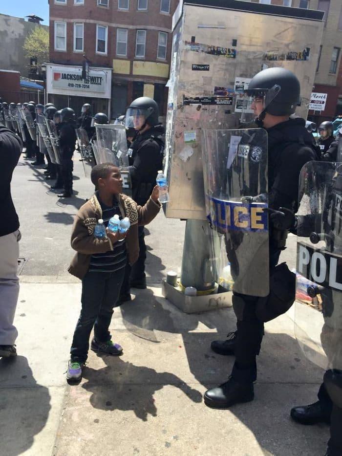Мальчик напоить офицерам