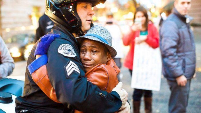 Офицер И Плачущий мальчик обниматься