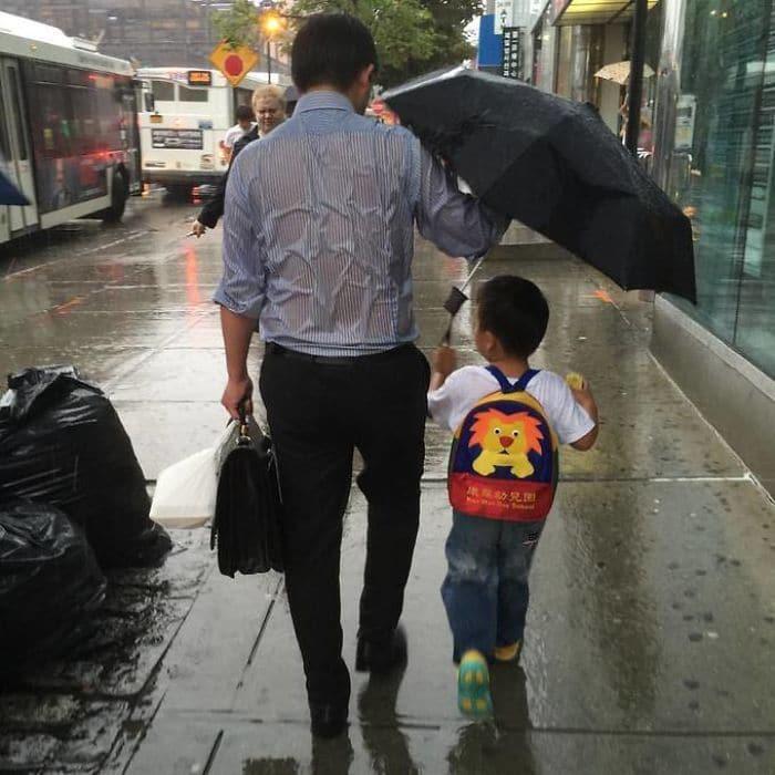 Папа засовывает Kid Под зонтом