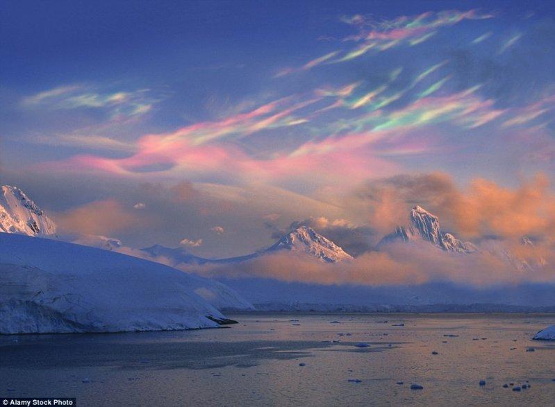 Эти перламутровые облака выглядят как картина импрессиониста. оптические иллюзии, природа