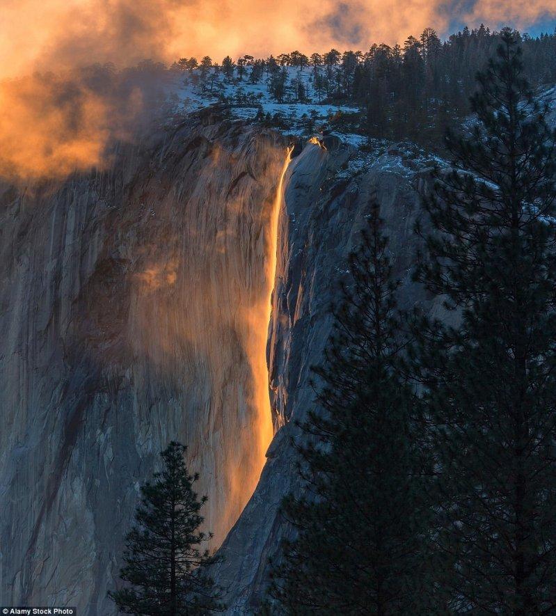 А это похоже на поток раскаленной лавы, стекающий с вершины горы. оптические иллюзии, природа