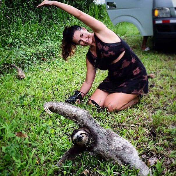 Туристическая девочка остановилась, чтобы присоединиться Йога лени Урок