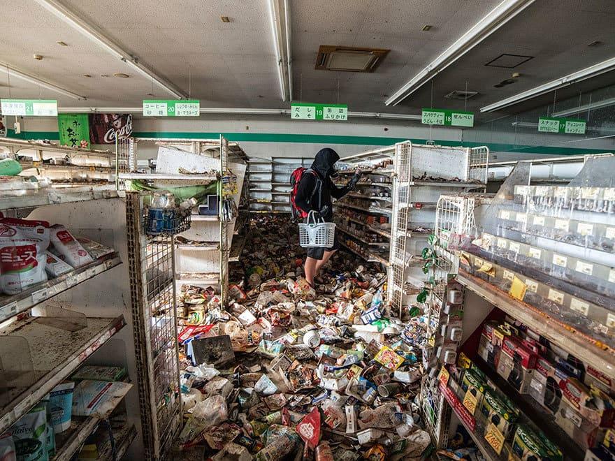 Человек-пробирается-в-Фукусиме-exlusion-зона-сегодня-14