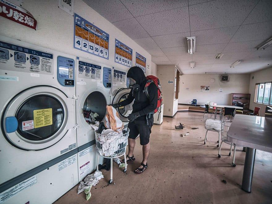 Человек-пробирается-в-Фукусиме-exlusion-зона-сегодня-4