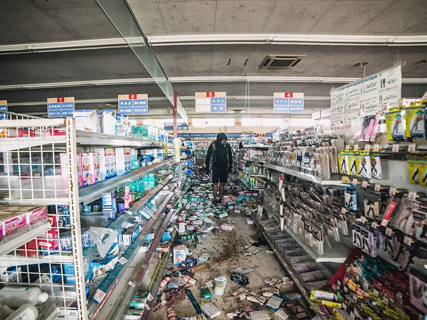 Человек-пробирается-в-Фукусиме-exlusion-зона-сегодня-7