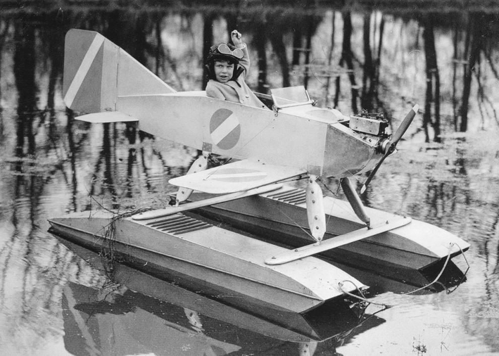 Functioning gas-powered seaplane, 1931: