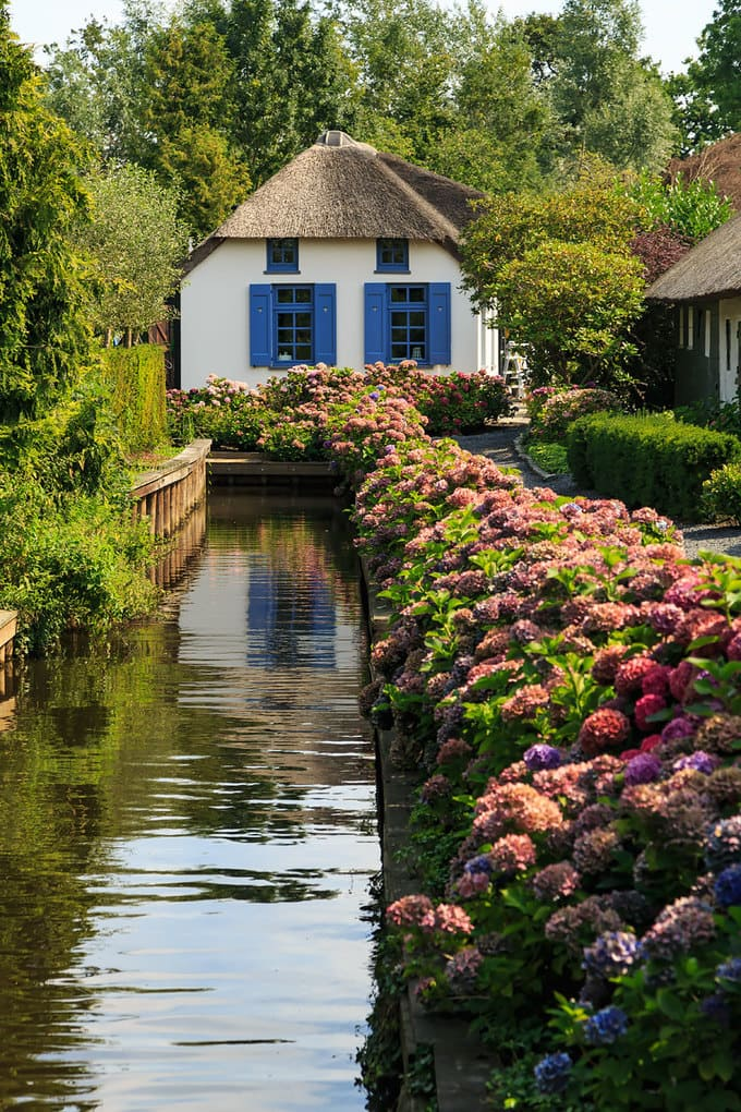 water-village-no-roads-canals-giethoorn-netherlands-4