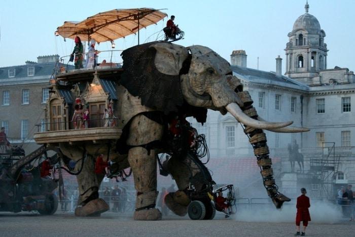 По улицам слона водили.