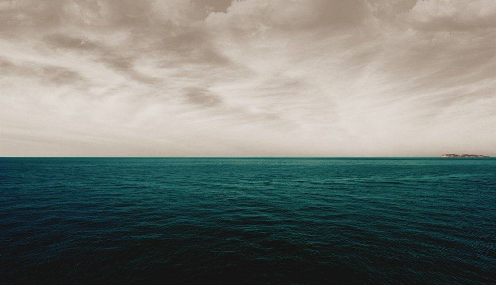 1403522872_6273160-r3l8t8d-1000-gray-sky-over-ocean