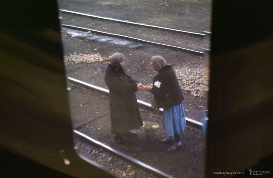 Бабушка Сделки, вырезанные из окна поезда
