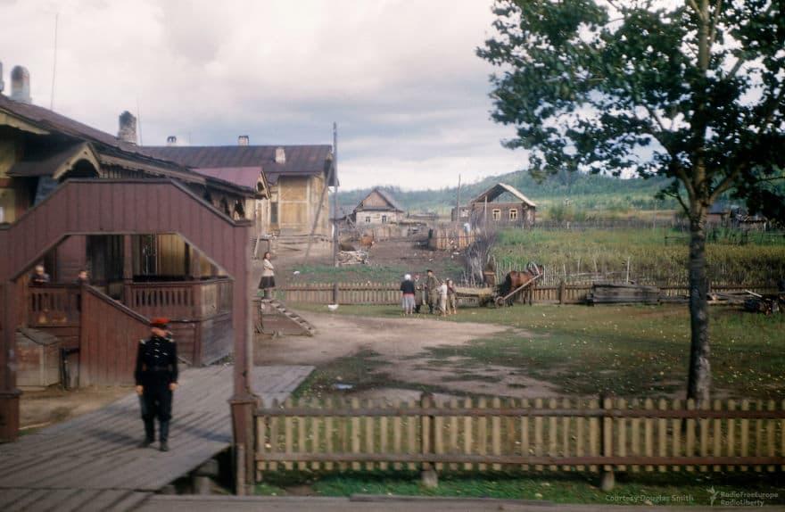 Сельский город, удаленный от проходящего поезда