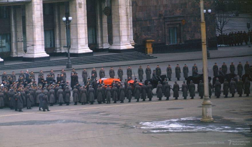 Сталинский гроб идет на Красную площадь