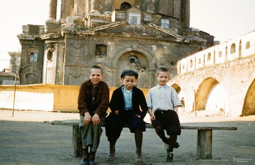 Дети Goofing для камеры Мартина в Новоспасском монастыре