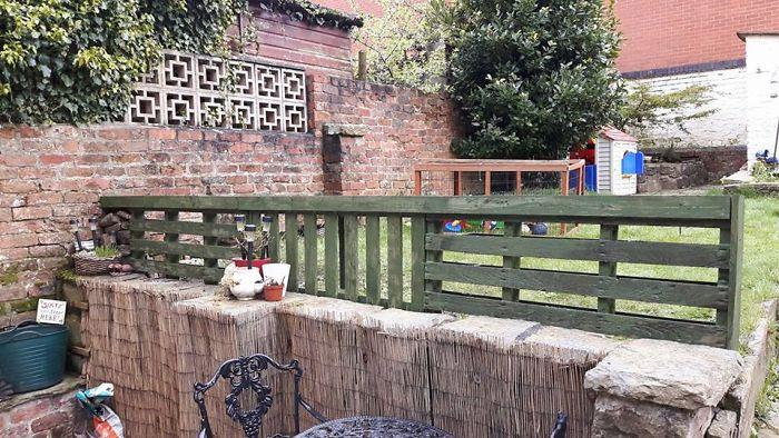 Забор для сада, чтобы сделать падение безопаснее для моих детей. Сделано из переработанных поддонов.