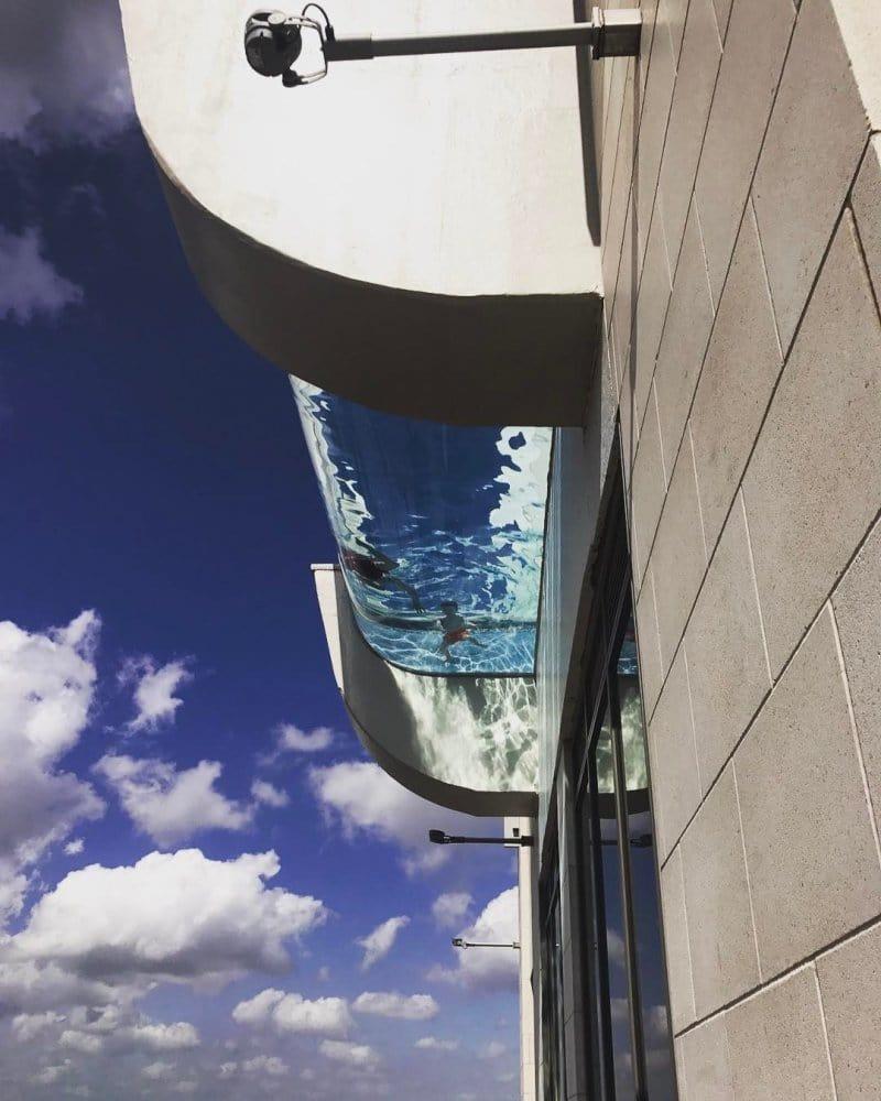 Так называемый Sky Pool находится на 42-м этаже дорогого жилого небоскреба Market Square Tower в Хьюстоне бассейн, видео, сша