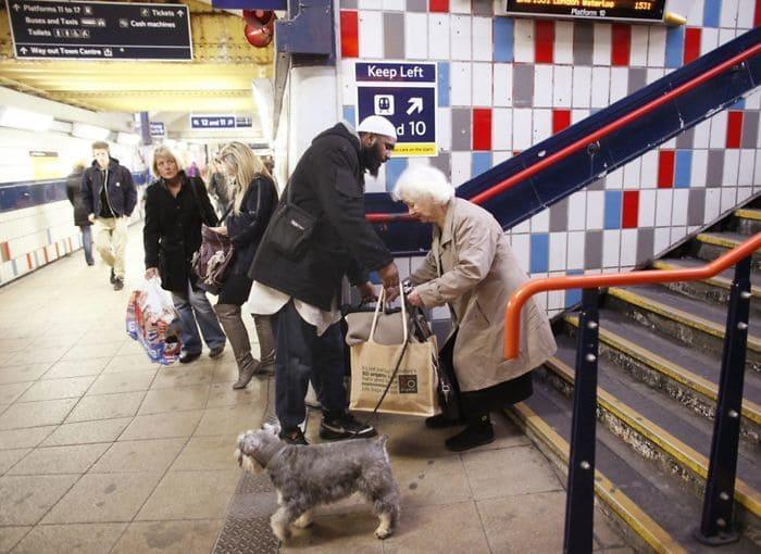 Парень Помощь Старая женщина Carry ее вещи