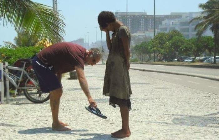 Человек дает свою обувь бездомному Девочка в Рио-де-Жанейро