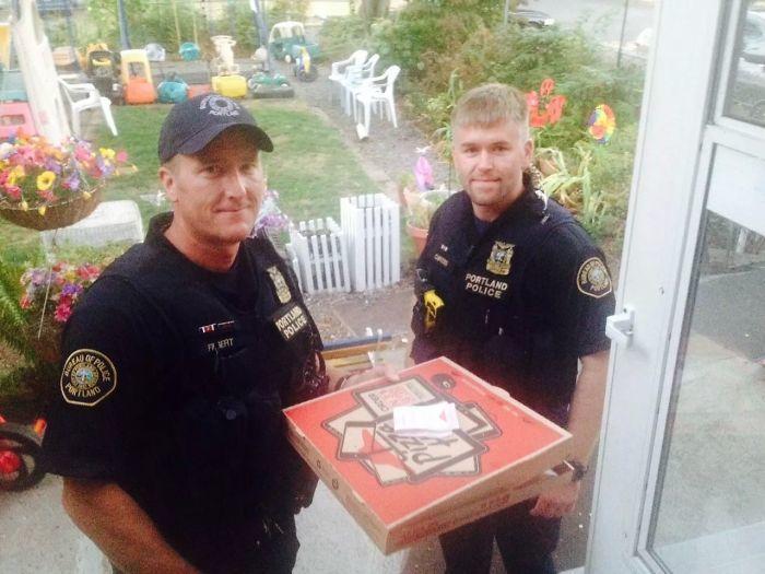 Офицеры Комплектующие поставки для Driver Pizza Hut в аварии