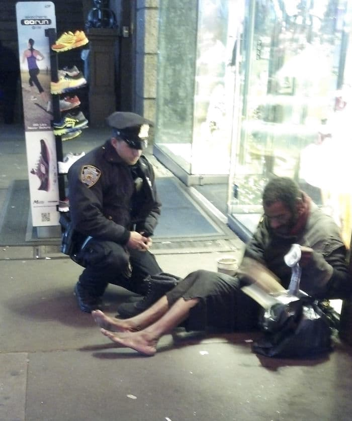 Сотрудник Давать обувь бездомный