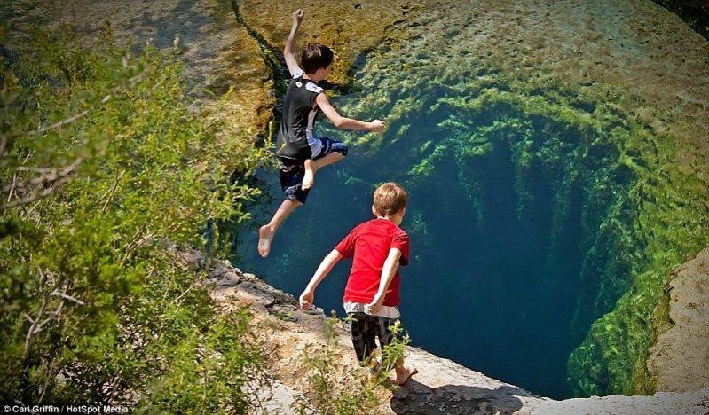 На первый взгляд кажется, что эти мальчишки прыгают в пропасть. оптические иллюзии, природа