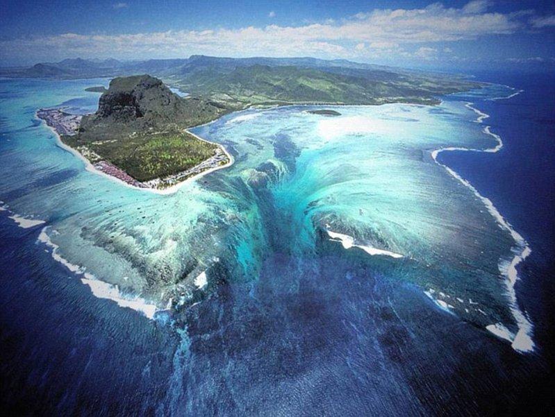 """Аэросъемка у побережья тропического острова Маврикия в Индийском океана показывает наличие """"подводного водопада"""". оптические иллюзии, природа"""