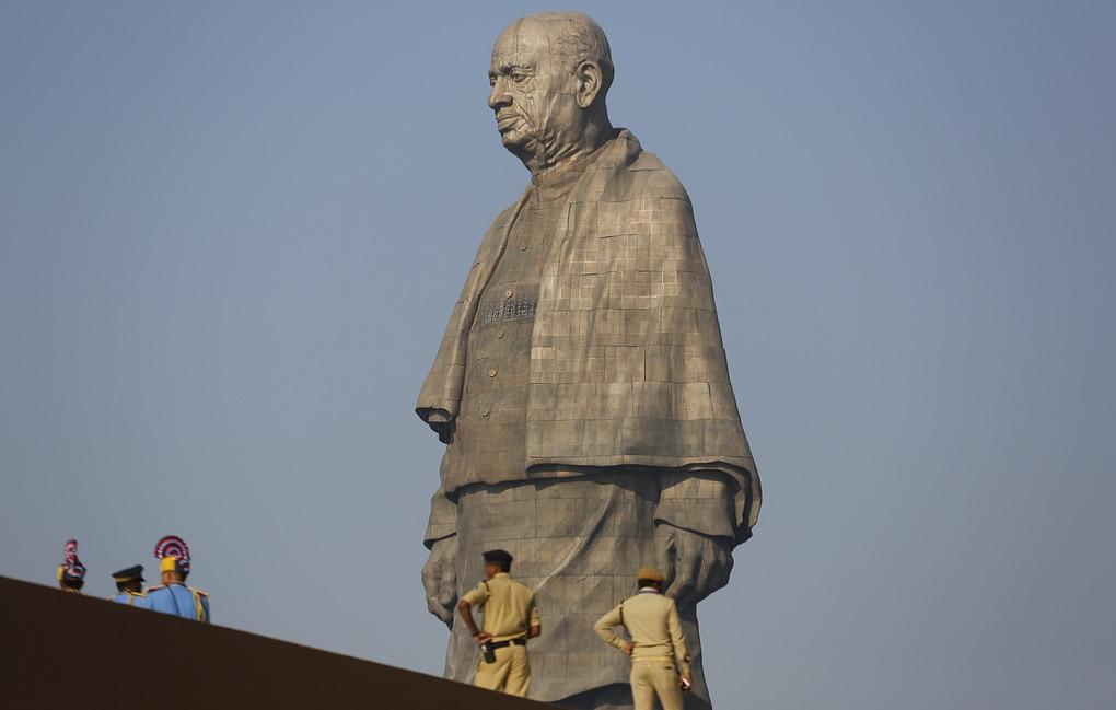 В Индии возвели самую высокую статую в мире, и чтобы оценить масштаб, нужно взглянуть на её ноги 1
