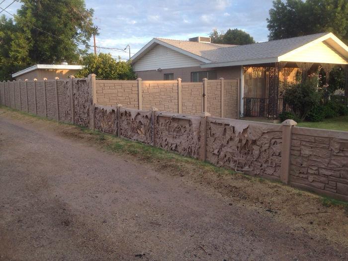 Мои соседи поставили эту поддельную скальную стену за зиму. Он медленно тает в жару