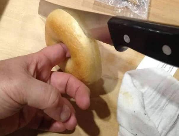 Когда режущие бублики пополам, поместите свой палец через стабилизационную дыру, чтобы держать ее устойчивой
