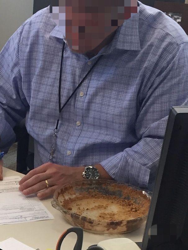 Поэтому я приношу пирог Pecan для работы. В полдень его не хватало. Нашел это через несколько часов в офисе моего босса
