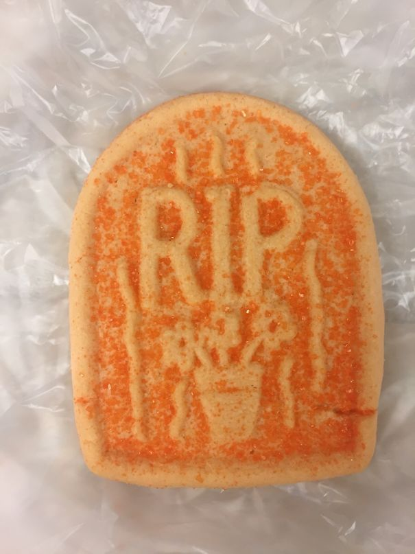 Больница, которую я нахожу, ставит печенье на лотки пациента на Хэллоуин. Я не думаю, что они думали об этом