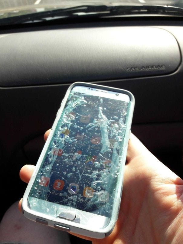 Путешествуя с моей мамой. Видел ее телефон и расследовал. Сообщила ей, что она использовала пленку для проталкивателя экрана вместо фактического протектор экрана. Она буквально использовала мусор в качестве защитника экрана