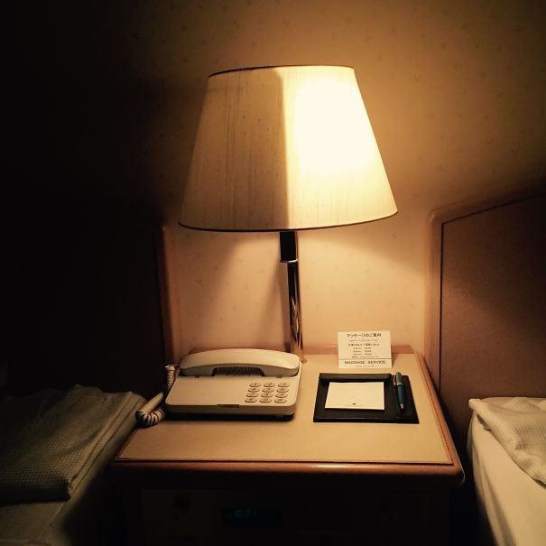 Эта прикроватная лампа в моем отеле в Японии может быть пополам