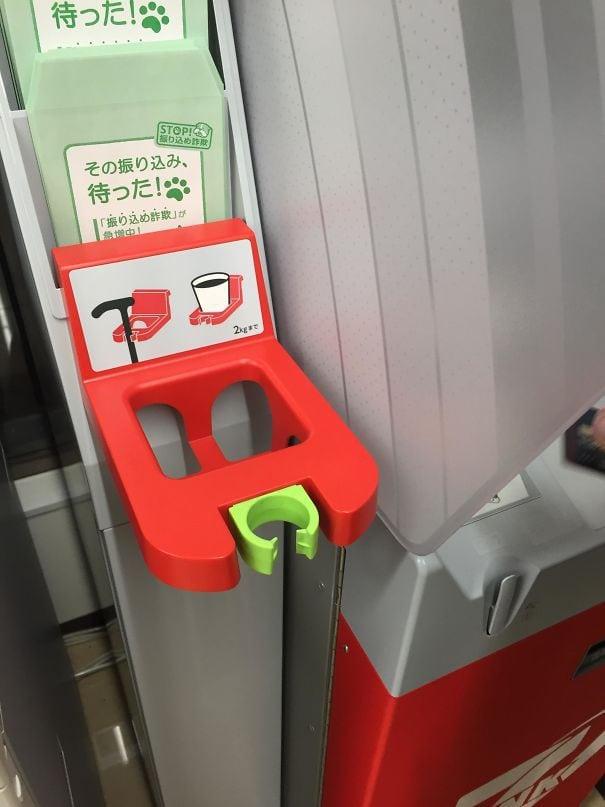 У японских банкоматов есть держатели трофеев из-за стареющего населения