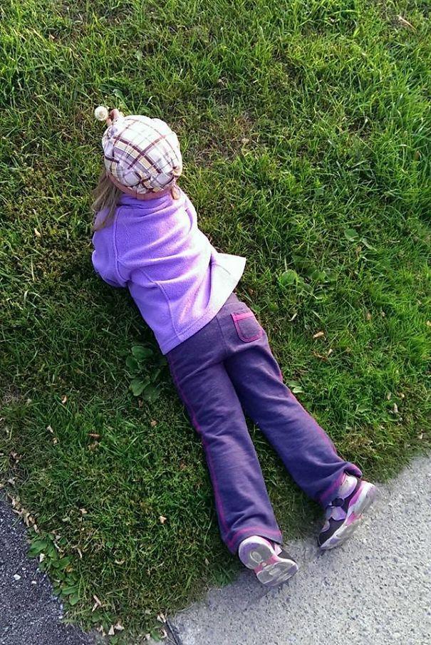 Сказала, что она не может ходить на лужайках, чтобы выбрать цветы. Она нашла лазейку
