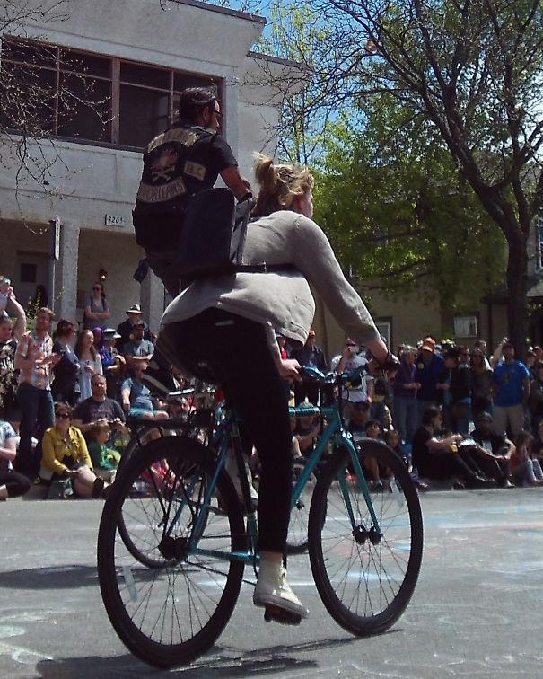 Крошечный человек верхом женщина на велосипеде