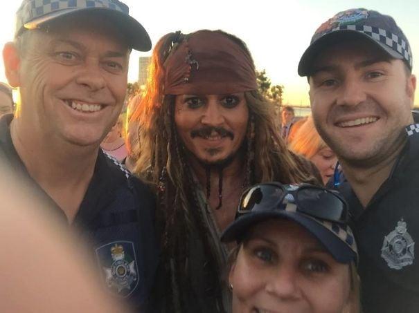 Так Джонни Депп идет по Юго-Восточному Квинсленду, одетому как Джек Воробей. Местная полиция