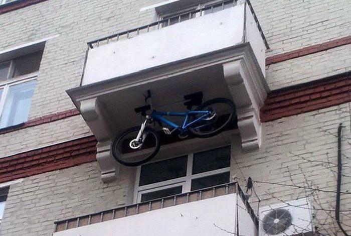 Балкон со специальными местом для велосипеда.