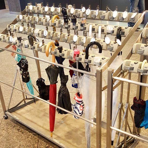 Еще одно замечательное японское изобретение: зонтики для зонтиков. Так что вам не придется переносить их вокруг здания, а никто не принимает ваше «случайно»,