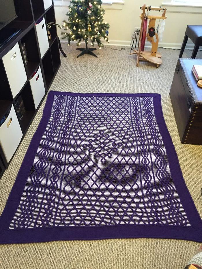 Вязаное одеяло, которое я разработал сам. Взял около 4 месяцев и 3500 ярдов пряжи