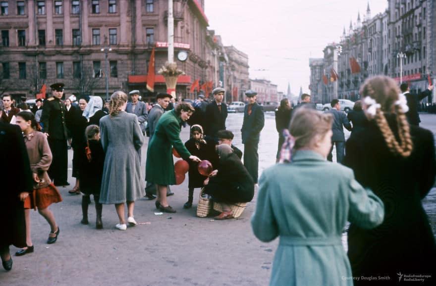 Уличная сцена на Пушкинской площади, глядя вниз Тверская улица к башням Кремля