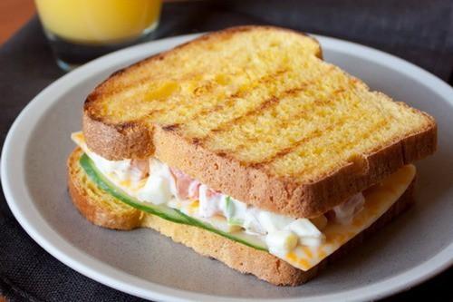 Ароматный сэндвич с яичным салатом