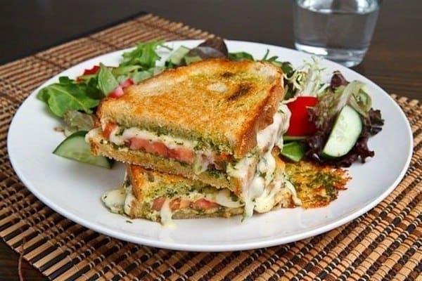 Бутерброд «Капрезе» на гриле