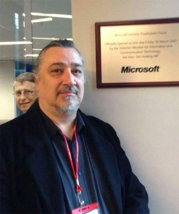 Гай захотел сделать снимок перед знаком Microsoft, но потом произошло Билл Гейтс