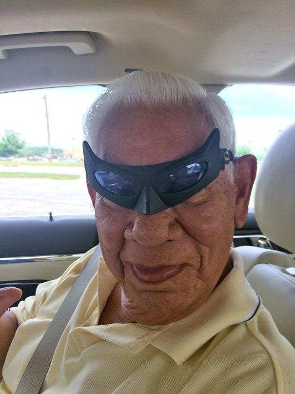Я нашел очки Бэтмена и забыл, что оставил их в машине моего дедушки. Он послал мне эту фотографию