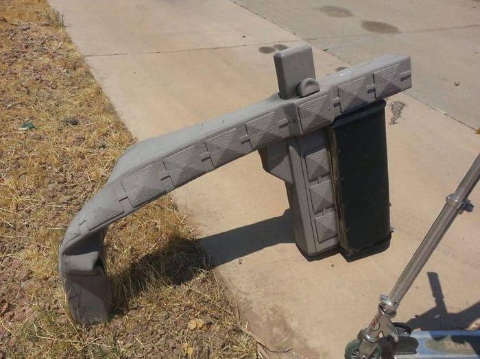 Этот пластиковый почтовый ящик расплавлен из-за жары в Меса, Аризона