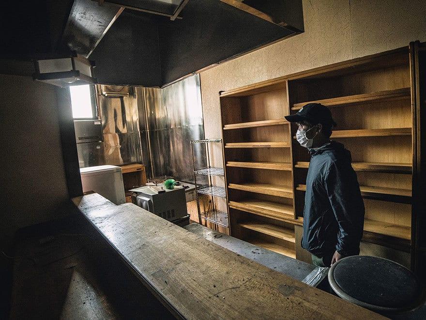 Человек-пробирается-в-Фукусиме-exlusion-зона-сегодня-17
