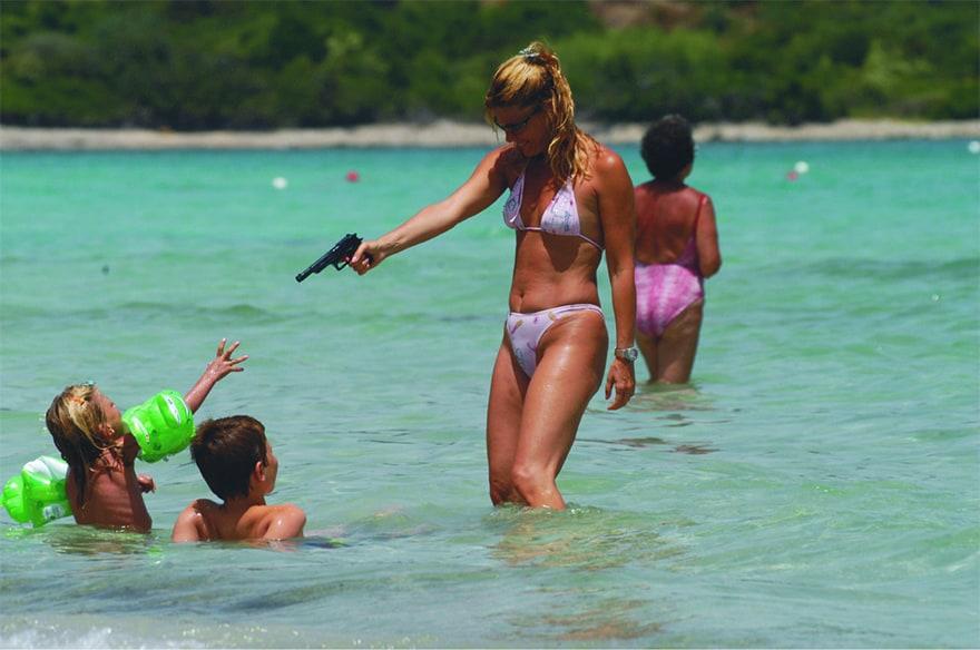 Patrizia Pellegrino With Her Children Play On The Marina Beach