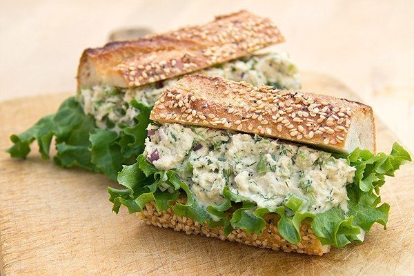 Простой бутерброд с тунцом