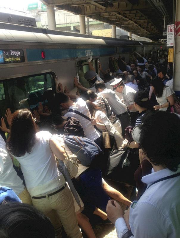 В Токио толкнул поезд, чтобы спасти женщину, которая упала и застряла между автомобилем и платформой