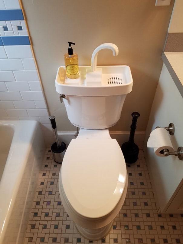 Вы часто можете найти этот туалет в Японии. Вымойте руки и снова используйте воду для следующего следования